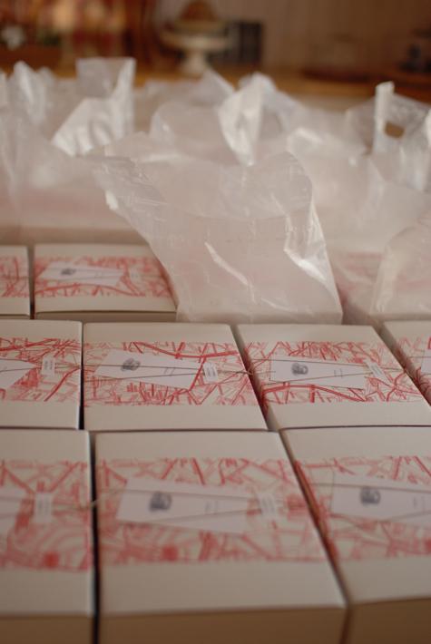 お渡し分と配送分の箱がずらり。配送用の箱は、ちょっと丈夫なつくりです。 遠くは広島まで旅します。無事、届きますように^ー^